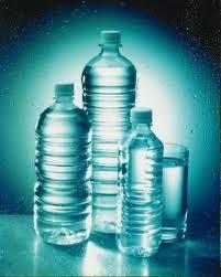 Bottiglie d'acqua di varie dimensioni