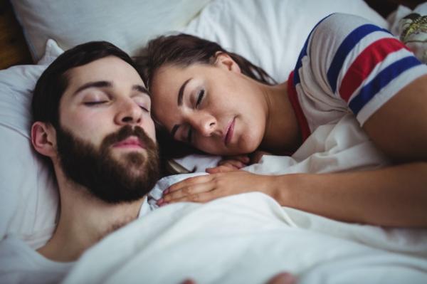 Coppia dorme insieme