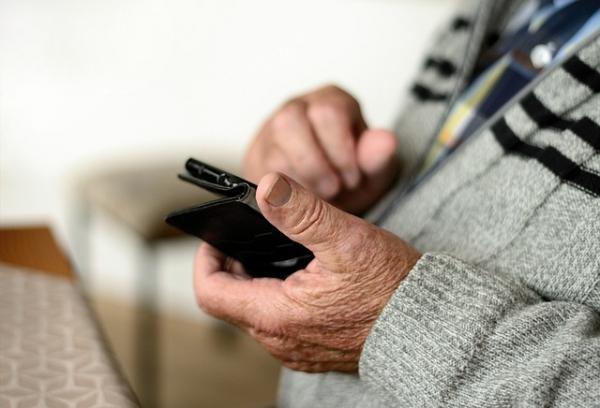 Anziano al cellulare