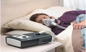 Paziente con maschera oronasale mentre effettua ventilazione CPAP durante il sonno.