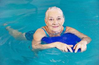 benefici del nuoto nell'anziano
