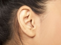 Intervento ambulatoriale con microendoscopio per eliminare il catarro dall'orecchio